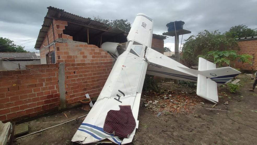 acidente aviao - Avião de pequeno porte cai sobre casa e piloto de 77 anos sobrevive sem ferimentos graves, diz PM