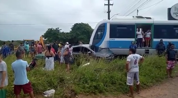acidente trem cabedelo 3 - EM CABEDELO: Colisão entre trem e carro deixa uma pessoa ferida - VEJA VÍDEO