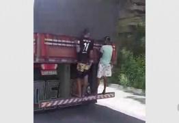 Adolescentes são flagrados pendurados em caminhão na BR-230, na Paraíba
