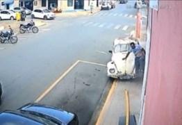 Homem sai correndo após ser atropelado na calçada por carro – VEJA VÍDEO