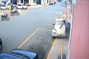 atropelado por fusca 1280x720 1 - Homem sai correndo após ser atropelado na calçada por carro - VEJA VÍDEO