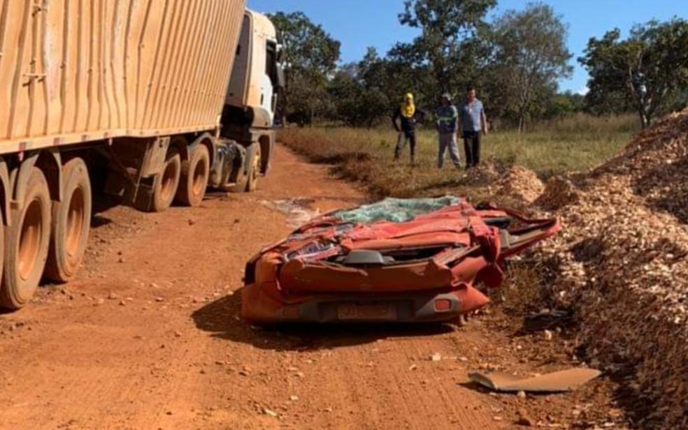 esmaga carro - Casal desce do carro para buscar filha minutos antes de carreta tombar e esmagar veículo; VEJA VÍDEO