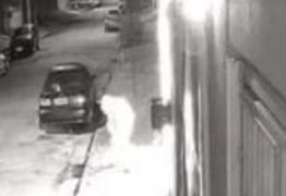 Mulher ateia fogo no carro do ex-namorado após calote de R$ 800 – VEJA VÍDEO