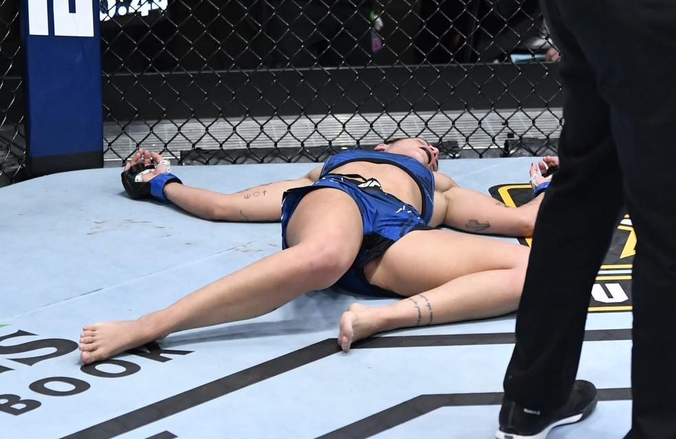 gettyimages 1315748334 - UFC: paraibana Luana Pinheiro recebe chute ilegal e vence na estreia por desclassificação