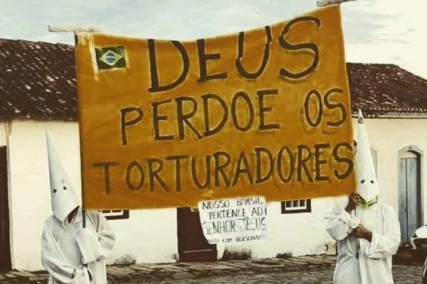 """kkk 1 600x400 1 - Bolsonaristas fazem alusão a Ku Klux Klan e pedem que """"Deus perdoe os torturadores"""""""
