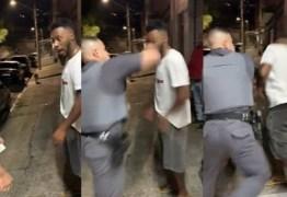 """""""NEGRO LIXO"""": Homem é agredido com soco durante abordagem feita pela PM – VEJA VÍDEO"""