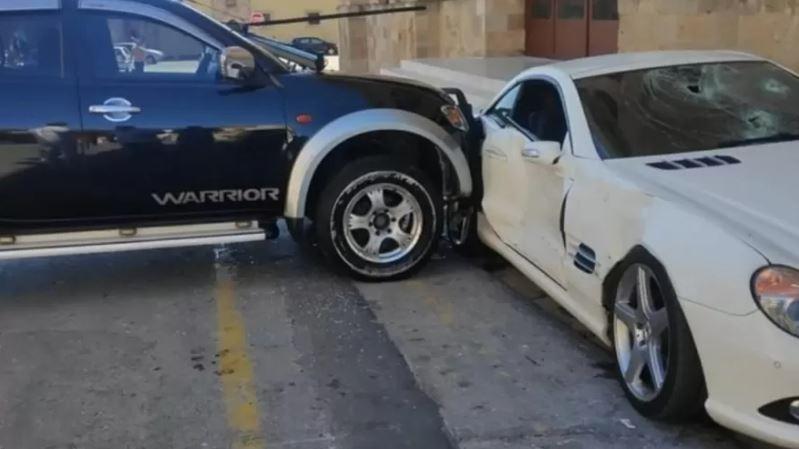 pol 1 - Policial revoltado acelera picape e destrói Mercedes do chefe - VEJA VÍDEO