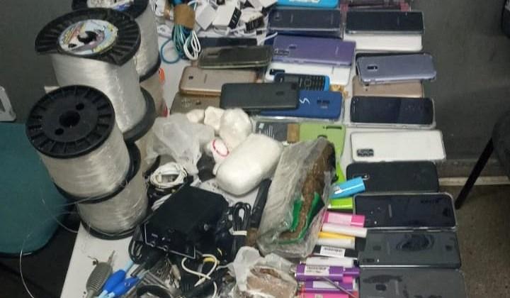 Polícia apreende 30 celulares que entrariam em presídio de Campina Grande