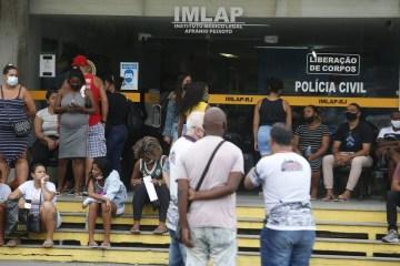 x92780147 RI Rio de Janeiro 07 05 2021 Familiares das vitimas do tiroteio no Jacarezinho identificam.jpg.pagespeed.ic .LM8gqkxhCp - OAB divulga lista com 15 mortos em massacre no Jacarezinho; mais jovem tinha 18 anos