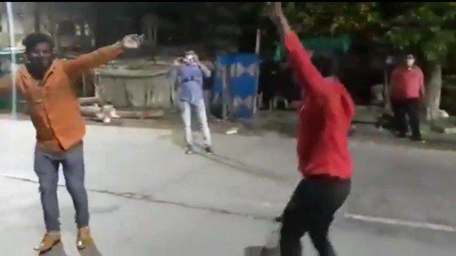 xdanca india.png.pagespeed.ic .r2a3zO6ewF - Policiais indianos punem com dança quem fura lockdown - VEJA VÍDEO
