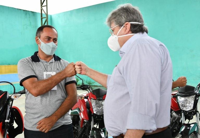 1bcb46e7 ba65 4c08 a637 6b9c646e0f62 - João Azevêdo entrega 19 motos a profissionais de Riachão do Poço e ressalta o trabalho do governo para garantia de emprego e renda