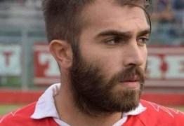 Jogador morre em campo em partida que lembrava morte do seu irmão