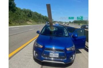 Carro é atingido por madeira e ocupantes escapam por pouco – VEJA VÍDEO