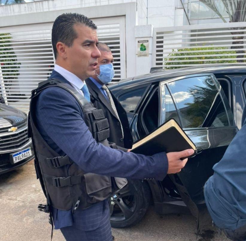"""E4vs8eJX0AcAXmp e1624645092187 - """"FUI MUITO AMEAÇADO"""": Com medo, Miranda chega à CPI de colete à prova de balas e bíblia na mão"""