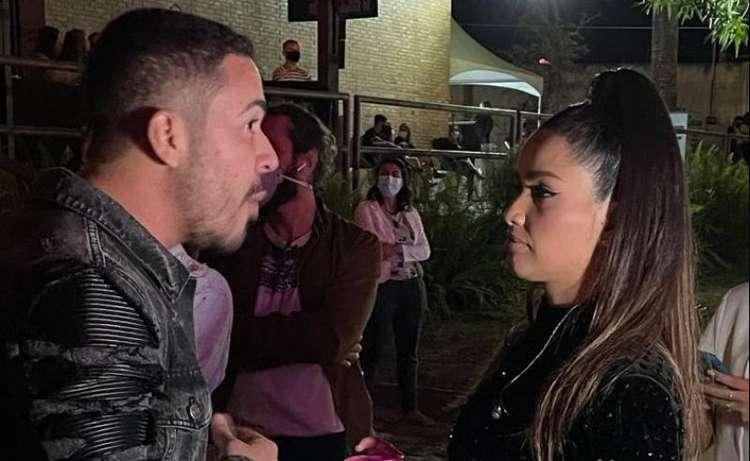 """JULIETTE E CARLINHOS MAIA - Juliette é criticada na web por aglomerar sem máscara com Carlinhos Maia: """"Acabou a covid-19, né?"""" - VEJA VÍDEOS"""