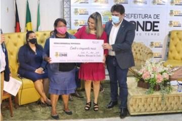 Prefeita Karla Pimentel entregando cheque do auxilio financeiro municipal - Prefeitura paga auxílio financeiro a ambulantes das praias de Conde nesta sexta (11)