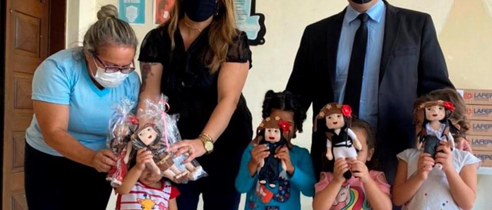Bonecas feitas em homenagem a Juliette são doadas a crianças em casa de acolhimento, na Paraíba