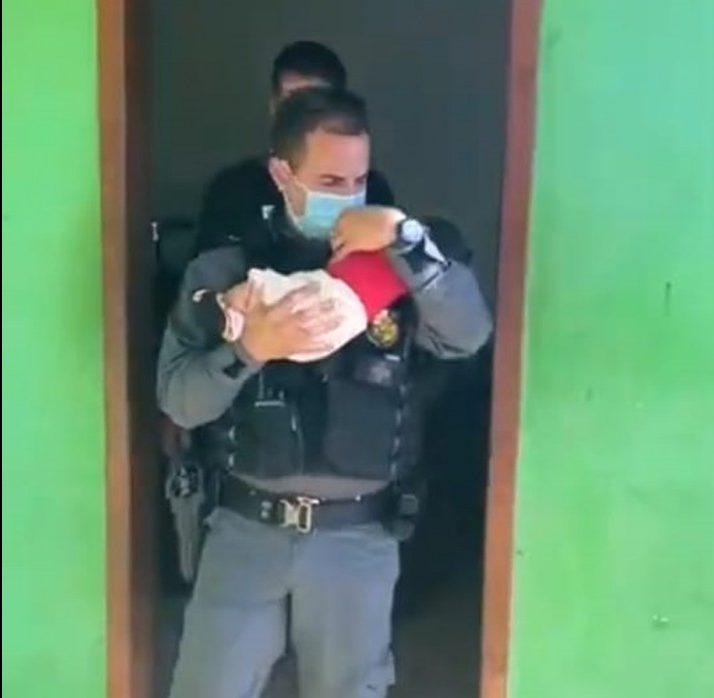 crianca resgatada e1623273860907 - Mãe deixa bebê de 2 meses como 'garantia' em boca de fumo e perde a guarda da criança; polícia fez resgate