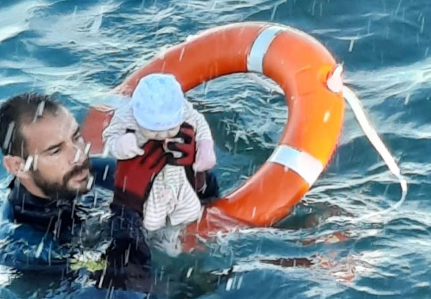 """gv - """"Estava gelado, frio, não se mexia"""", diz guarda-civil de Ceuta que resgatou o bebê no mar"""