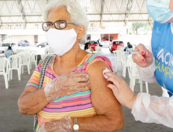 idd - Profissionais de saúde e idosos de CG recebem 2ª dose da AstraZeneca, nesta quinta-feira (03)