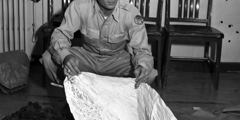 major jesse marcel posa com destrocos encontrados em roswell novo mexico - DIA INTERNACIONAL DO DISCO VOADOR: Confira imagens dos objetos mais estranhos já observados