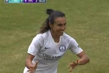 Marta faz gol do meio-campo em jogo nos Estados Unidos; assista lance