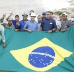 operarios lula - Operários fazem gesto de apoio a Lula em foto com Bolsonaro durante agenda no RN