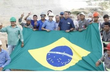 Operários fazem gesto de apoio a Lula em foto com Bolsonaro durante agenda no RN