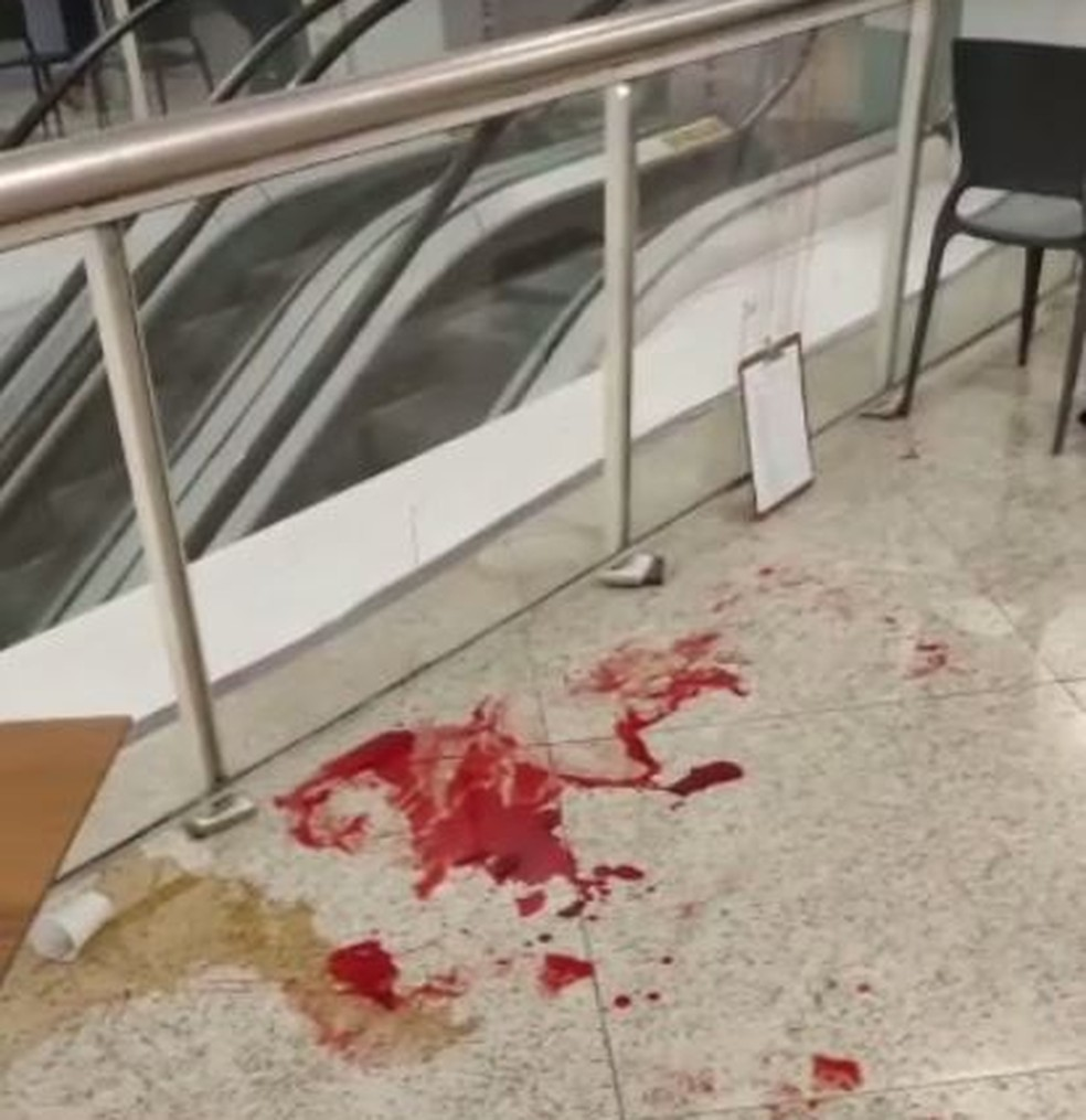 sangue - ASSASSINADA EM PÚBLICO! Mulher morre ao ser esfaqueada na praça de alimentação de shopping; suspeito foi preso em flagrante
