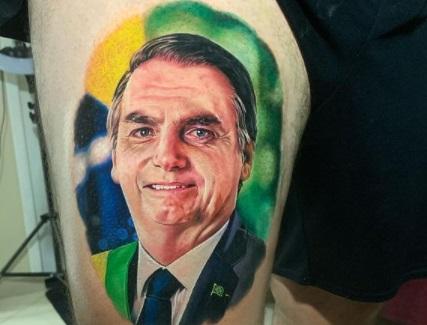 tatuagem bolsonaro - Eleitor de Jair Bolsonaro tatua rosto do presidente coxa e vídeo viraliza - VEJA