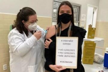 vo - 'Nos devastou', lamenta mulher que lembrou morte dos pais e avó por Covid ao receber vacina