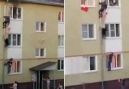 Homens escalam fachada de prédio para salvar três crianças de incêndio – VEJA VÍDEO