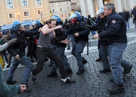 polizia picchia