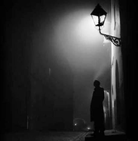 uomo sotto il lampione