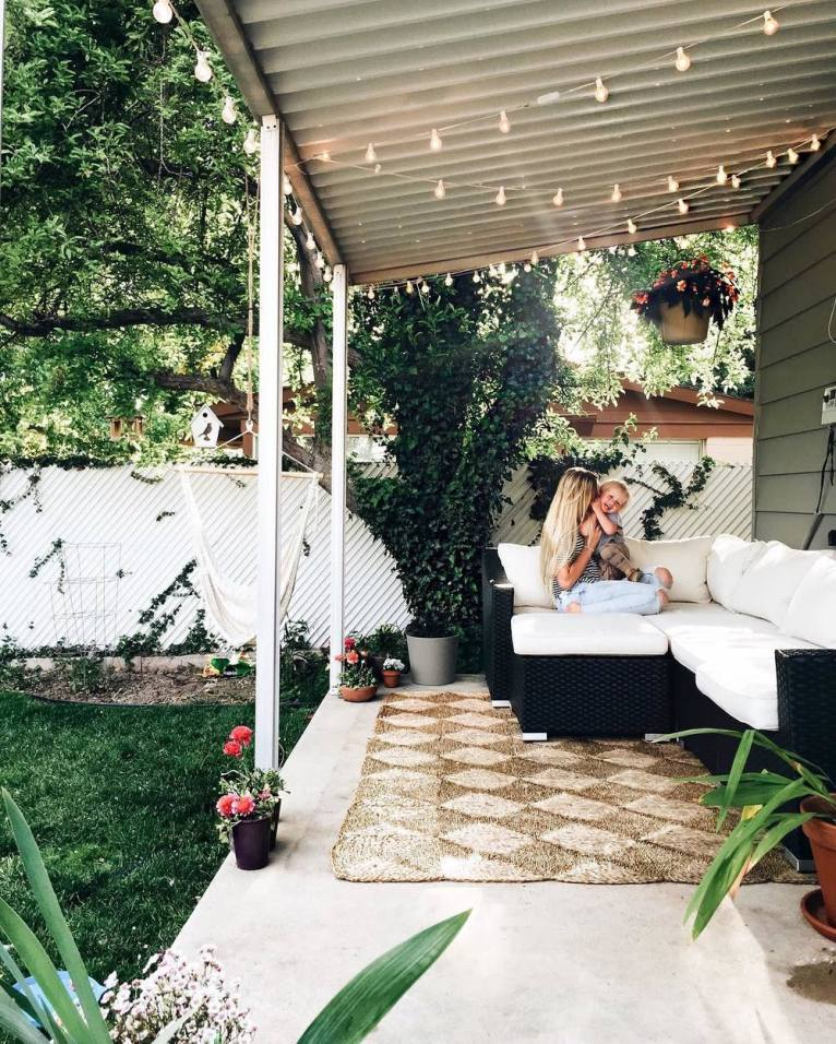 simple and modern patio decor || www.polishedclosets.com