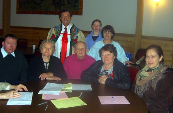 Podczas szczepień przeciw grypie dla Podhalan w Chicago. W środku organizator szczepień, lekarz ZPPA, prezes ZLP dr Bronisław Orawiec-Wyśni. Dom Podhalan, Chicago, 17 listopada 2008.