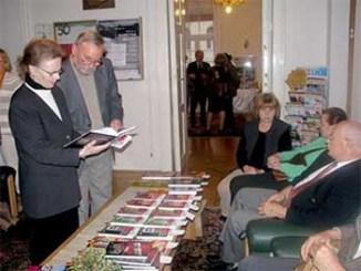 """Z zainteresowaniem oglądano i nabywano książkę """"13 lat 13 minut"""" oraz książki z serii AK"""