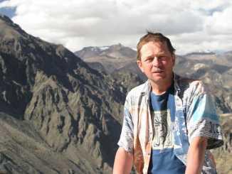 """Andrzej Piętowski w """"Cruz del Condor"""" na tle najdalszego źródła Amazonki w Mt. Mismi – biały szczyt po prawej stronie."""