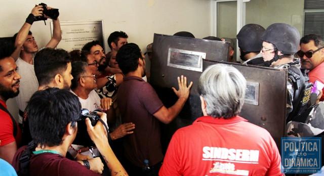 Policiais entraram em confronto com servidores (Foto: Jailson Soares/PoliticaDinamica.com)