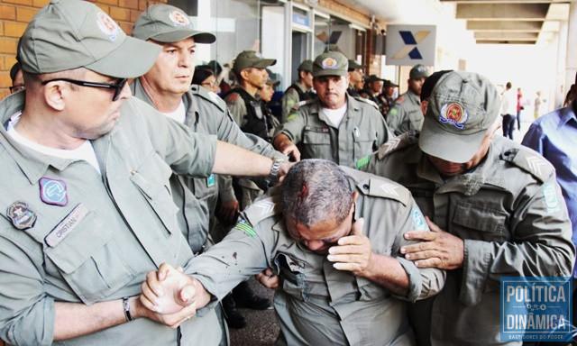 Policial ficou ferido durante confronto na Alepi (Foto: Jailson Soares/PoliticaDinamica.com)