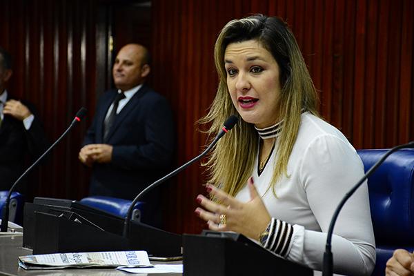 """Camila dispara contra João Azevedo: """"É uma marionete"""""""