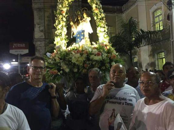 Presidente da CMJP, Marcos Vinícius carregando o andor