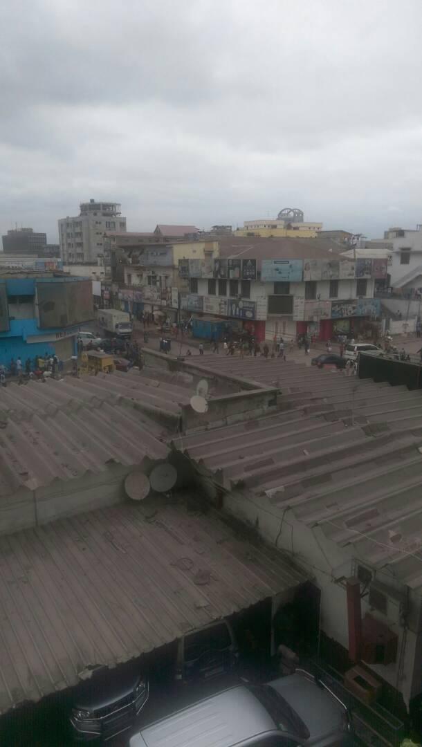 Tirs et débandade au grand marché de Kinshasa