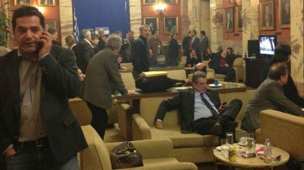 Συμφωνία κυρίων στο κυλικείο της βουλής. Οι ίδιοι διαφωνούν φωναχτά και με επιχειρήματα όταν βρίσκονται στα έδρανα της βουλής.