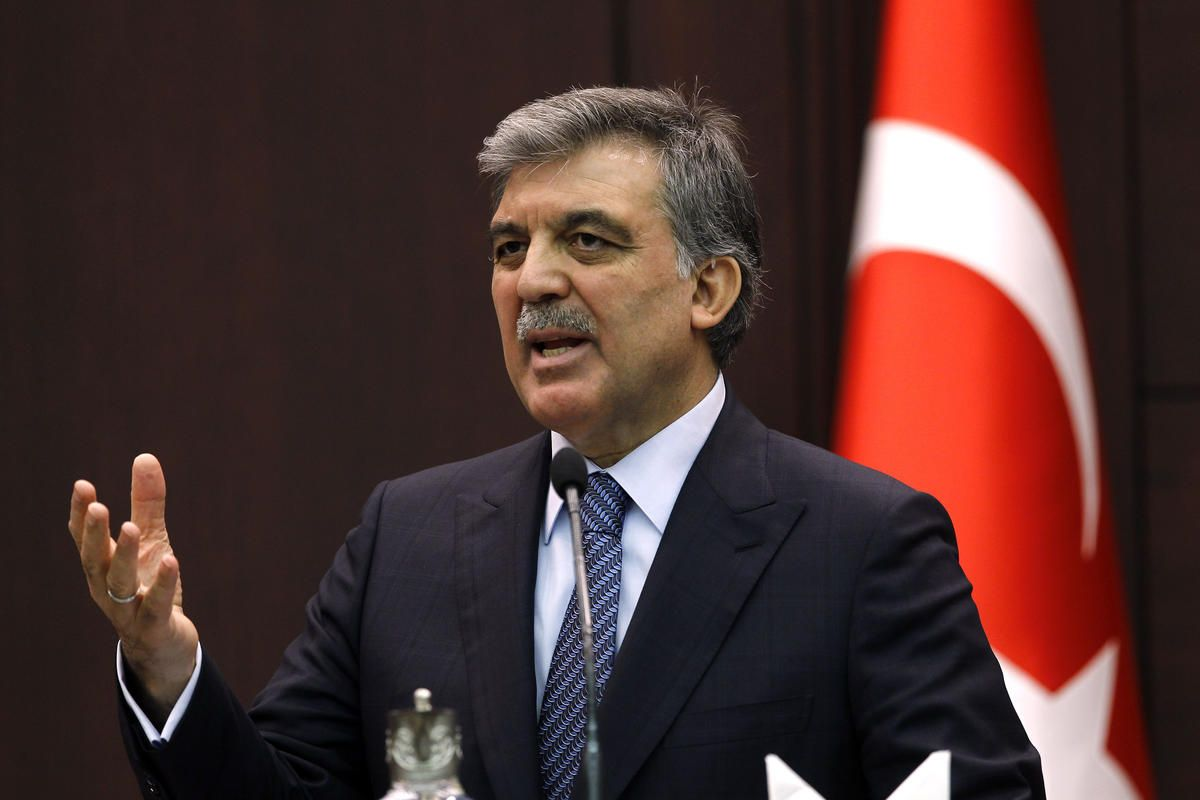 """Abdullah Gül'den 'yangın' mesajı: """"Büyük bir üzüntüyle takip ediyorum"""""""