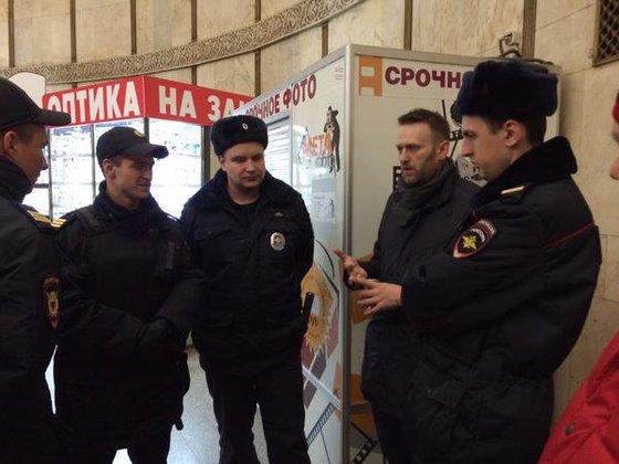 Навальный сбежал из-под ареста