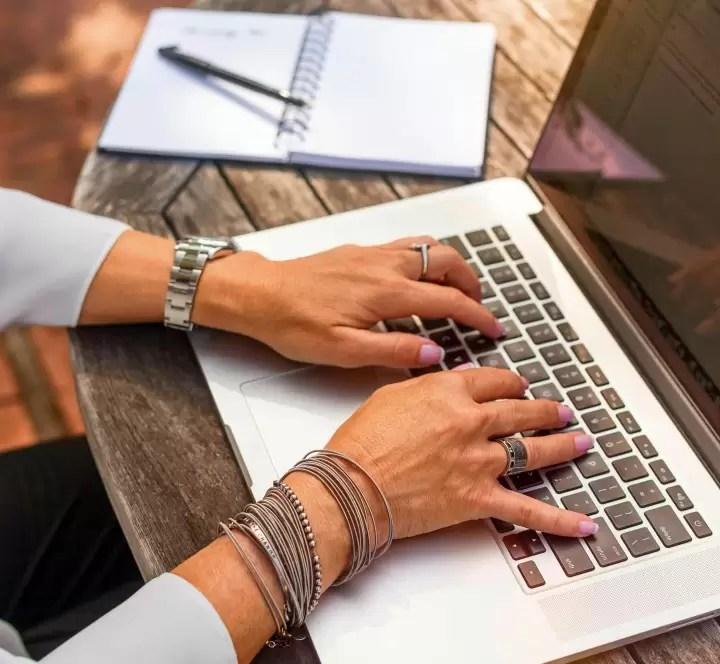 dojrzala kobieta laptop dlonie