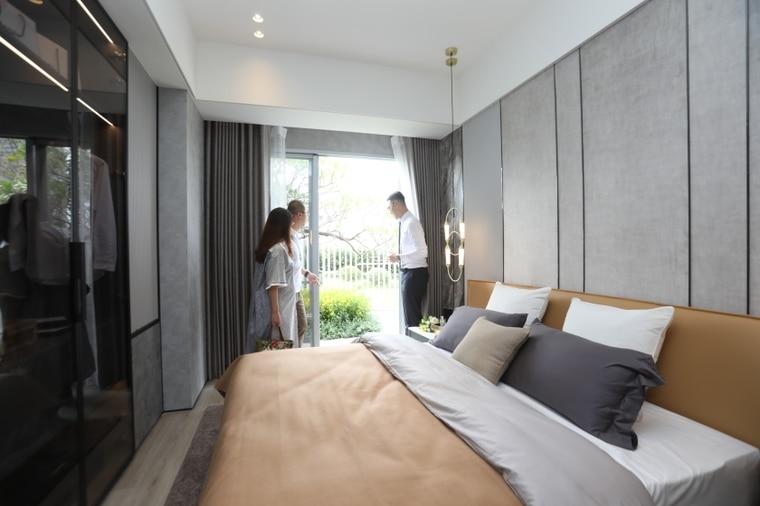 「精銳臻未來」有宜居陽台在客廳或是主臥的房型,全戶搭配荷蘭進口普特絲防霾紗窗