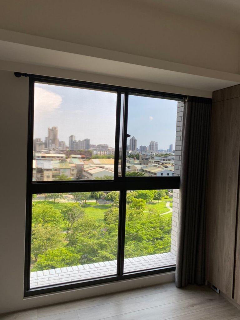 防疫期間專家建議要開窗通風,搭配使用Poll-tex®防霾紗窗,降低室內病毒濃度,同時又能阻隔戶外髒空氣