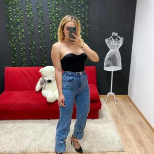 Jeans con fiocchi alla caviglia